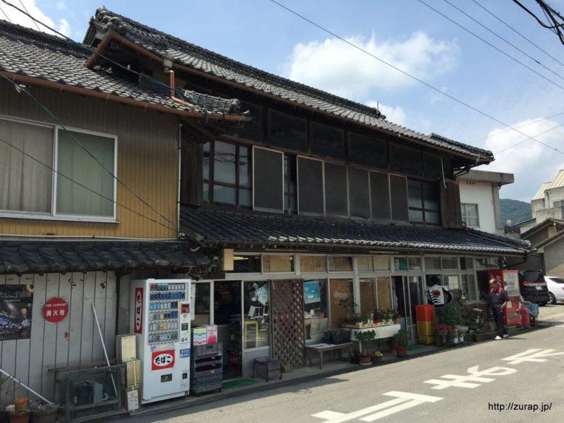まずは讃岐うどんの名店「須崎」へ!