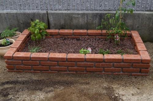 レンガで野菜用花壇作り