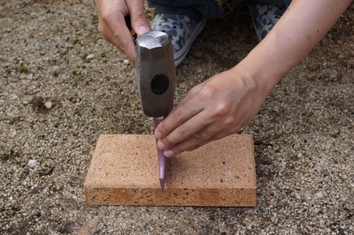【DIY】レンガタガネを使ったレンガの上手な割り方・コツ