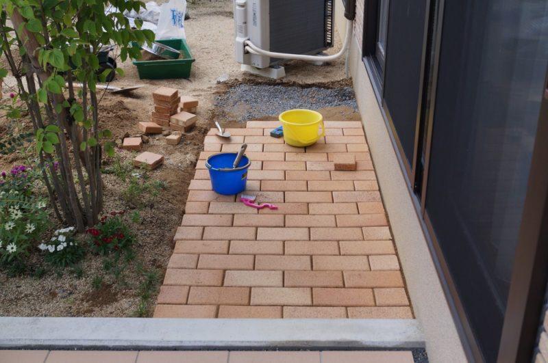 【DIY】レンガ道の作り方②:砂利→土(砂)→レンガ→目地砂の順に敷設していく